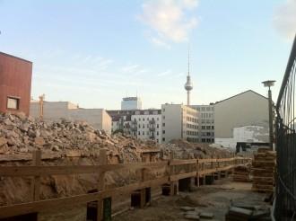 Baustelle mit Blick auf den Berliner Fernsehturm.