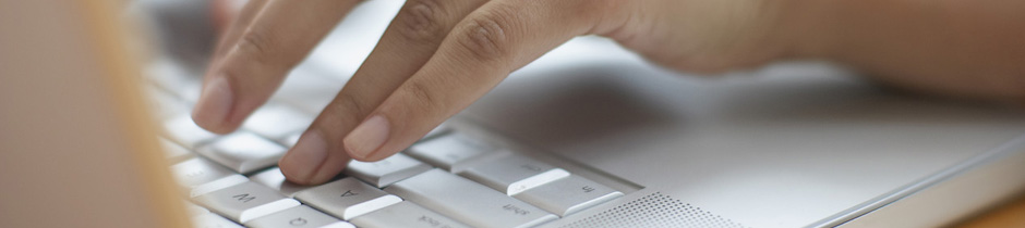 Finger tippen auf Tastatur