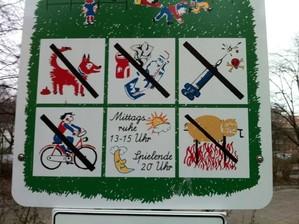 Verbotsschild auf Spielplatz